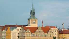 Estilo arquitectónico centroeuropeo tradicional, edificios en el centro de la ciudad de Praga almacen de metraje de vídeo