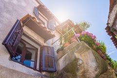 Estilo arquitetónico mediterrâneo europeu tradicional no st Fotografia de Stock Royalty Free