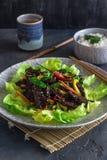 Estilo asiático frito del hígado del pavo con las verduras y muchos verdes Servido con el cuenco de arroz y de té imagen de archivo libre de regalías