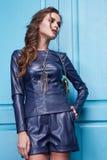 Estilo atractivo de la moda del maquillaje de la ropa de la mujer de la belleza Imagen de archivo libre de regalías