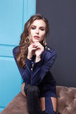 Estilo atractivo de la moda del maquillaje de la ropa de la mujer de la belleza Foto de archivo libre de regalías