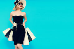 Estilo atractivo de la señora de las compras del verano imagenes de archivo