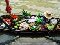Estilo autêntico de flutuação do mercado de Tailândia fotos de stock