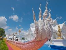 Estilo blanco del barco del pasillo de Vihara en el templo de Wat Hin Thaen Lamphachi y x28; Public& x29 del templo; Foto de archivo libre de regalías