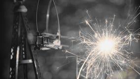Estilo blanco y negro Avión del juguete con la bengala del partido del Año Nuevo con el fondo circular abstracto del bokeh Foto de archivo libre de regalías