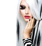 Estilo blanco y negro de la muchacha de la moda imagen de archivo