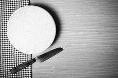 Estilo blanco y negro del tono del color del cuchillo y de la tabla de cortar Foto de archivo