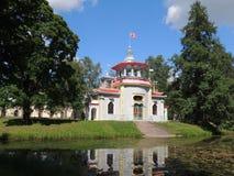 Estilo chino de la casa en la charca del parque Foto de archivo libre de regalías