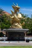 Estilo chino de la escultura del dragón en el templo chino Imagenes de archivo