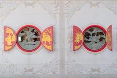 Estilo chino de la ventana roja con el fondo concreto crudo Fotografía de archivo