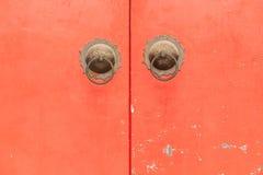Estilo chino de Ring Pull Handles de cobre amarillo en puerta roja Imagenes de archivo