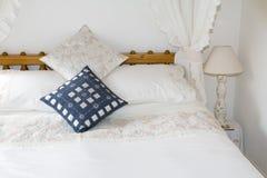 Estilo clásico de la cama de la cama imperial Fotos de archivo
