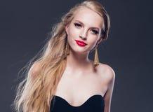 Estilo clásico de la mujer hermosa del pelo rubio con los labios rojos y año imagenes de archivo
