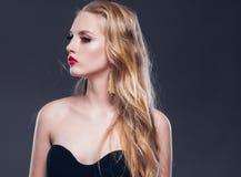 Estilo clásico de la mujer hermosa del pelo rubio con los labios rojos y año fotos de archivo