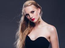 Estilo clásico de la mujer hermosa del pelo rubio con los labios rojos y año imagen de archivo libre de regalías