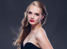 Estilo clásico de la mujer hermosa del pelo rubio con los labios rojos y año foto de archivo libre de regalías