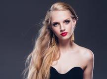 Estilo clásico de la mujer hermosa del pelo rubio con los labios rojos y año fotos de archivo libres de regalías