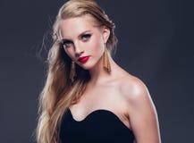 Estilo clásico de la mujer hermosa del pelo rubio con los labios rojos y año imagen de archivo