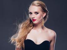 Estilo clásico de la mujer hermosa del pelo rubio con los labios rojos y año fotografía de archivo