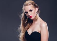 Estilo clásico de la mujer hermosa del pelo rubio con los labios rojos y año fotografía de archivo libre de regalías