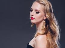 Estilo clássico da mulher bonita do cabelo louro com bordos vermelhos e ano imagem de stock royalty free