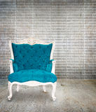Estilo clássico da poltrona azul no grunge Foto de Stock