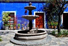 Estilo colonial colorido típico en Arequipa imagen de archivo
