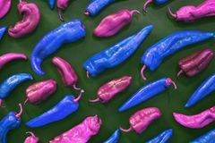 Estilo cor-de-rosa e azul do pop art das pimentas no fundo verde imagens de stock royalty free