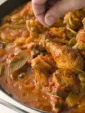 Estilo criollo de Luisiana del pollo que cocina en una cacerola fotografía de archivo libre de regalías