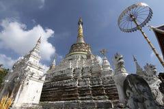 Estilo da arquitetura de Wat San Fang Burmese em Chiang Mai, Tailândia fotos de stock