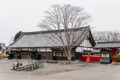Estilo da arquitetura do período de Edo com folhas menos árvore na vila histórica de JIdaimura da data de Noboribetsu no Hokkaido imagens de stock