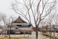 Estilo da arquitetura do período de Edo com folhas menos árvore na vila histórica de JIdaimura da data de Noboribetsu no Hokkaido imagem de stock