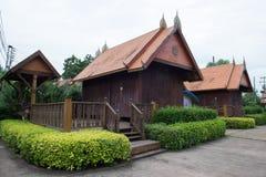 Estilo da estada tailandesa da casa do lanna com jardim foto de stock