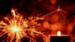 Estilo da imagem de borrão O Natal e o ano novo party a luz do chuveirinho e da chama de vela Fotografia de Stock