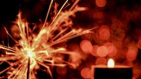 Estilo da imagem de borrão O Natal e o ano novo party a luz do chuveirinho e da chama de vela Fotos de Stock Royalty Free