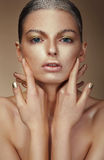Estilo da moda Jovem mulher com pele bronzeada fotos de stock