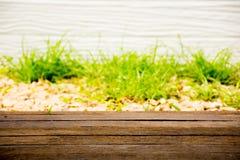 Estilo da natureza do fundo Com grama verde e primeiro plano de madeira marrom Apropriado para incorpore a imagem do texto e do p Fotografia de Stock