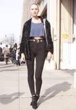 Estilo da rua de Candice Swanepoel do modelo de forma Fotografia de Stock Royalty Free