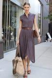 Estilo da rua de Karlie Kloss do modelo de forma Imagens de Stock Royalty Free