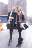 Estilo da rua dos modelos de forma em New York Foto de Stock