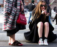 Estilo da rua: Milan Fashion Week Autumn /Winter 2015-16 imagem de stock