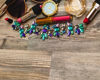 Estilo da rua Quadro da colagem moderna dos acessórios da mulher Óculos de sol, bolsa, batom, bracelete, colar e abacaxis imagens de stock royalty free