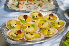 Estilo de abastecimento do bufete - bolos da fruta Imagens de Stock Royalty Free