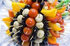 Estilo de abastecimiento de la comida fría - tomates y aceitunas 2 Fotos de archivo libres de regalías