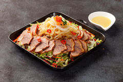 Estilo de Alssahan del coreano de los pies fritos del cerdo con la salsa de mostaza en w imagenes de archivo
