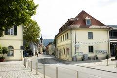 Estilo de construção clássico do vintage com paisagem e estrada de Sandhausen do tráfego no distrito de Heidelberg-Kirchheim em H imagem de stock