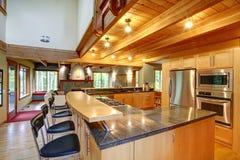 Estilo de la cabaña de madera. Interior de la cocina Fotos de archivo libres de regalías