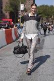 Estilo de la calle de Gertrud Hegelund del modelo de moda en Nueva York Fotos de archivo libres de regalías