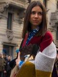 Estilo de la calle durante Milan Fashion Week para la caída/el invierno 2015-16 Imagen de archivo libre de regalías