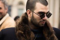 Estilo de la calle durante Milan Fashion Week para la caída/el invierno 2015-16 Imágenes de archivo libres de regalías